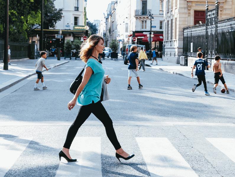 Femme dans la rue portant des écouteurs intra-auriculaire bluetooth