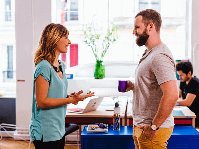 Femme et homme portant des écouteurs bluetooth à réduction de bruit